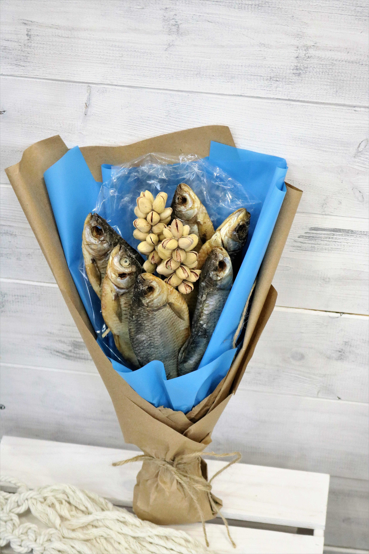 Сушеная, вяленая рыба различных пород, рыбная стружка и нарезка, кальмары - это главные ингридиенты мужского рыбного букета.