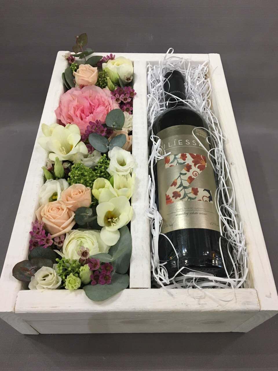 Цветы и шампанское в коробке, подарок